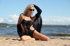 黑比基尼泳装的性感的金发碧眼的女人 图库摄影