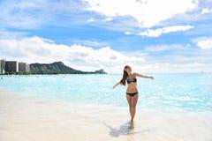 比基尼泳装的愉快的海滩妇女在威基基奥阿胡岛夏威夷 库存图片
