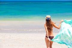 比基尼泳装的美丽的在热带的妇女和pareo 图库摄影