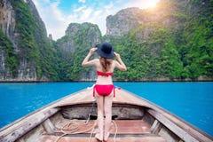 比基尼泳装的美丽的女孩在小船 免版税库存照片