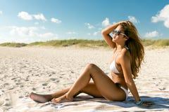 比基尼泳装的美丽的妇女一个海滩假期 库存照片