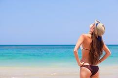 比基尼泳装的美丽的妇女在海滩查找 免版税库存图片