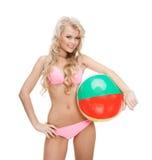 比基尼泳装的美丽的妇女有海滩球的 库存照片