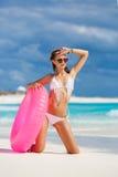 比基尼泳装的美丽的妇女有lifebuoy的桃红色的 库存照片