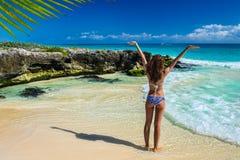比基尼泳装的美丽的少妇享用热带海滩和cari的 库存照片