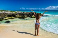 比基尼泳装的美丽的少妇享用热带海滩和cari的 图库摄影