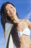 美丽的比基尼泳装妇女女孩冲浪者&冲浪板海滩 库存照片