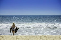 比基尼泳装的美丽的年轻性感的女孩妇女在海滩旅行假期健康身体和自由概念 免版税库存图片