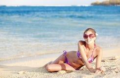 比基尼泳装的长发女孩在热带巴厘岛海滩 免版税库存照片