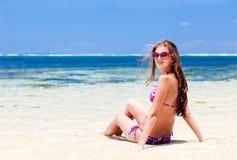 比基尼泳装的长发女孩在热带巴厘岛海滩 库存图片