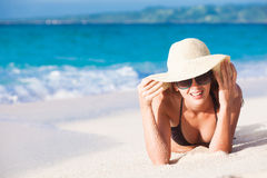 比基尼泳装的长发女孩在热带海滩 库存图片