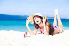 比基尼泳装的长发女孩在热带巴厘岛海滩 免版税库存图片