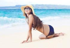 比基尼泳装的长发女孩在热带巴厘岛海滩 免版税图库摄影