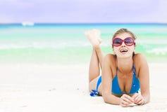 比基尼泳装的长发女孩在热带巴厘岛海滩 库存照片