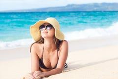 比基尼泳装的长发女孩在热带boracay海滩 库存图片