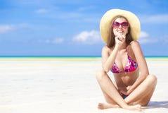 比基尼泳装的长发女孩在热带boracay海滩 免版税库存照片