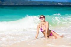 比基尼泳装的长发女孩在热带boracay 库存照片