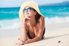 比基尼泳装的长发女孩在热带boracay 免版税库存图片