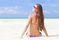 比基尼泳装的长发女孩在热带boracay 免版税库存照片