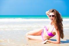 比基尼泳装的长发妇女在热带海滩 图库摄影
