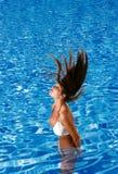 比基尼泳装穿的池妇女 免版税库存照片