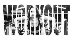 比基尼泳装解决与哑铃的健身女孩 做在健身房的运动服的运动员妇女锻炼 刺激标志 库存照片