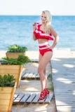 比基尼泳装身体妇女太阳晒黑的放松在完善的热带海滩和绿松石海洋水 肉欲的诱惑的夫人模型 免版税图库摄影