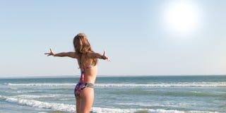 比基尼泳装身体妇女太阳晒黑的放松在时尚游泳衣的完善的热带海滩和绿松石海洋水 库存图片