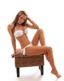 比基尼泳装适合的女孩性感的开会白&# 免版税库存图片