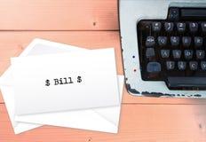 比尔文本包围与打字机,葡萄酒付款混乱骗局 免版税库存图片