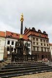 比尔森,捷克- 6月5 :新生城镇厅和瘟疫专栏在共和国摆正 免版税图库摄影