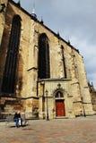 比尔森,捷克- 6月5 :老人坐长凳在圣巴塞洛缪的大教堂附近 图库摄影