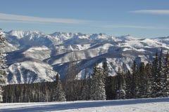 比弗河蓝色鸟天,戈尔范围, Avon科罗拉多,滑雪胜地 免版税库存照片