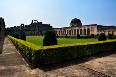 比德尔,印度- 2017年12月17日:庭院在比德尔堡垒里面的Solah Khamba清真寺在卡纳塔克邦,印度 免版税库存图片