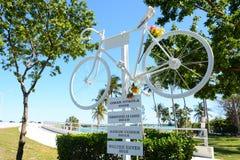 比斯坎湾,FL,美国- 2018年4月17日:以记念骑自行车者 免版税图库摄影