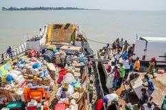 比绍,几内亚比绍- 2013年12月06日:在比绍港口被装载的老轮渡,旅途向布巴克, Bijagos海岛 免版税库存照片