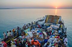 比绍,几内亚比绍- 2013年12月06日:老轮渡在旅途沉重装载了到布巴克从比绍, Bijagos海岛 免版税库存照片