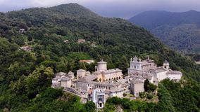 比耶拉,意大利- 2018年7月7日:美丽的寺庙,复杂的古庙,大城堡,被找出的圣所航空看法  影视素材