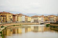 比萨与亚诺河河的市中心大厦看法  库存图片