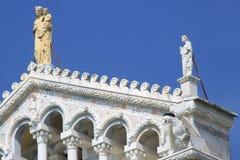 比萨中央寺院的门面的细节有雕塑的 c 库存图片