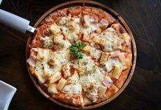 比萨冠上了用西红柿酱、乳酪和菠萝 免版税库存照片