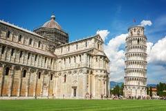 比萨和大教堂中央寺院斜塔在比萨,托斯卡纳意大利 库存照片