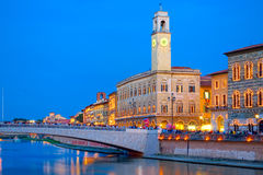 比萨在夜之前,以Ponte在亚诺河河的di Mezzo为目的 库存图片