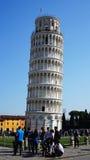 比萨塔在有游人的奇迹广场,意大利 库存图片