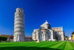 比萨大教堂与比萨斜塔Torre二比萨的中央寺院二比萨在奇迹广场在比萨,托斯卡纳 免版税库存图片