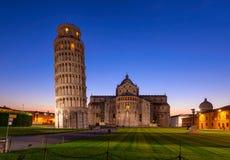 比萨大教堂与比萨斜塔Torre二比萨的中央寺院二比萨夜视图在奇迹广场在比萨,托斯卡纳 库存图片