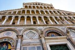 比萨大教堂的门面的细节  免版税图库摄影