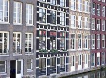 比萨店在运河的一个老房子里 图库摄影