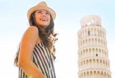 比萨斜塔的愉快的妇女游人 图库摄影