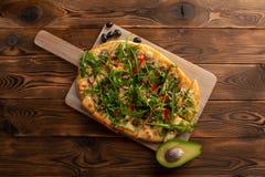 比萨用海鲜和芝麻菜在木背景 库存照片